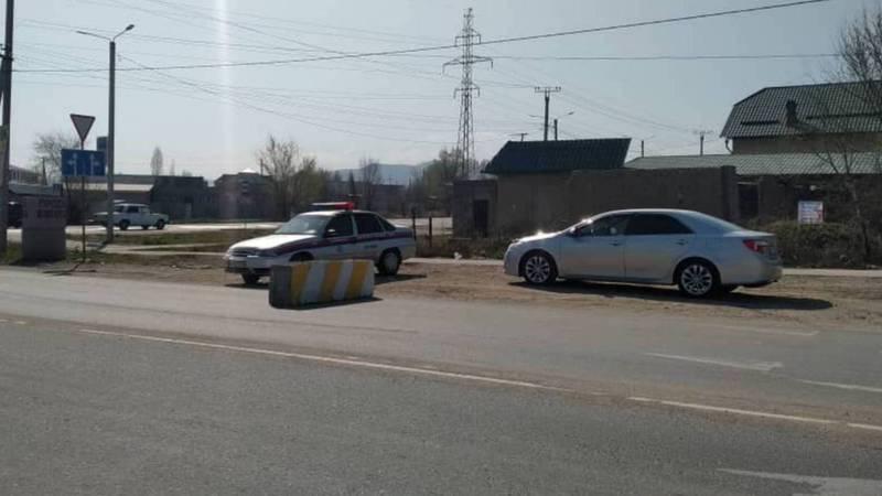 На блокпосту на Ахунбаева-Алыкулова стоит патрульная машина, но нет сотрудников. Фото