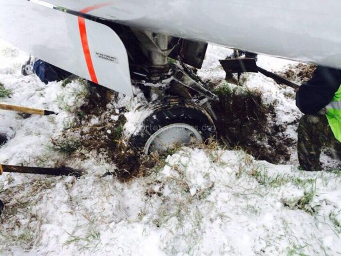 Самолет Боинг-737 выкатился со взлетно-посадочной полосы