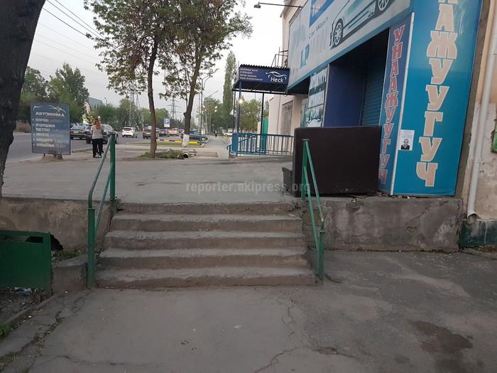 Читатель просит установить пандус на тротуаре участка ул.Медерова (фото)