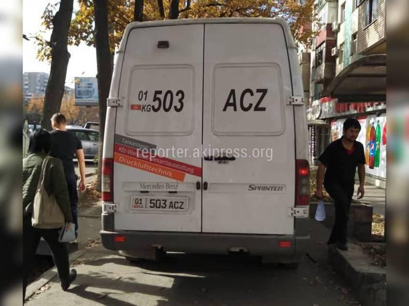 Парковка по-хамски: Микроавтобус занял тротуар в мкр Восток-5. Фото