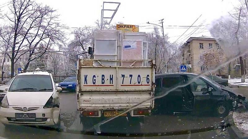 В Бишкеке на Фрунзе - Турусбекова произошло ДТП, - читатель (видео)