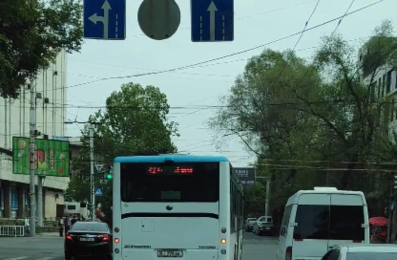На Абдрахманова - Киевской водитель автобуса №42 повернул со второй полосы (видео)