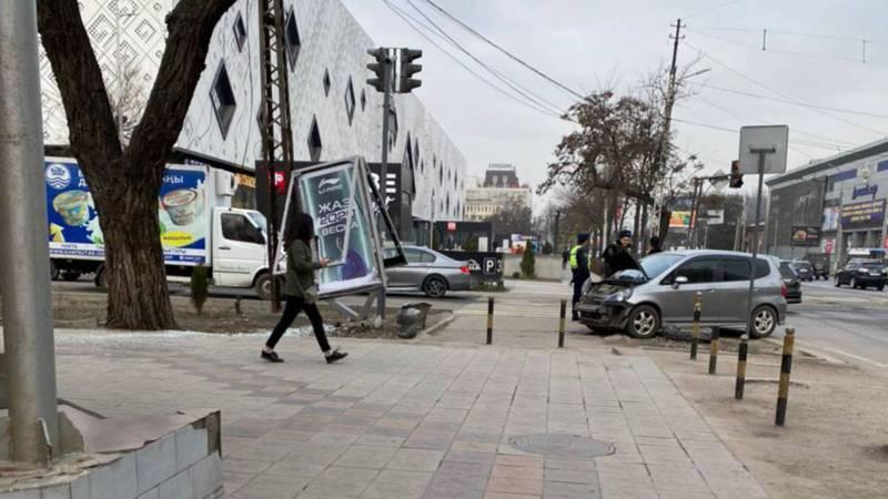 На проспекте Чуй водитель «Хонды Фит» врезался в рекламный штендер. Фото