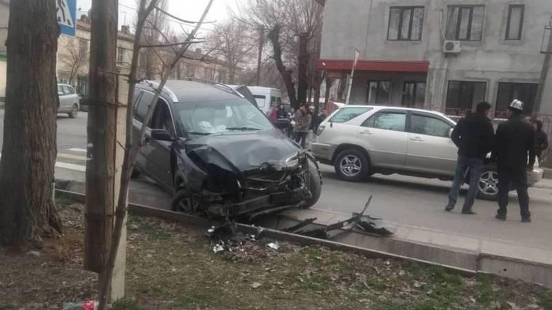На Боконбаева-Турусбекова столкнулись «Вольво» и маршрутка с пассажирами. Есть пострадавшие. Видео, фото