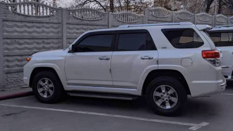 В Бишкеке на ул.Токтогула припаркована тонированная «Тойота». Фото