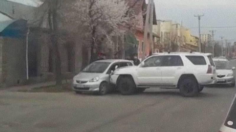 На ул.Матросова столкнулись джип и легковушка. Видео, фото