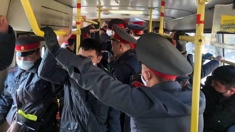 Почему сотрудников милиции возят в забитых автобусах, не соблюдая правила о дистанции?