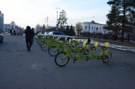 However, the fact does not get in the way of the bike leasing business, recently appeared on the main streets of Bishkek.