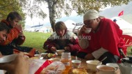 Kyrgyzs and Hungarians are drinking tea together, take pictures, said the reader.