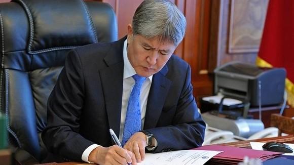Президент А.Атамбаев подписал закон о внесении изменений в Кодекс административной ответственности