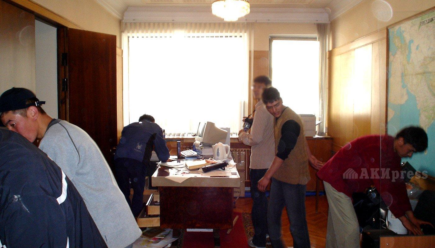24 марта 2005 года. Штурм Белого дома. Мародерство / Фото АКИpress