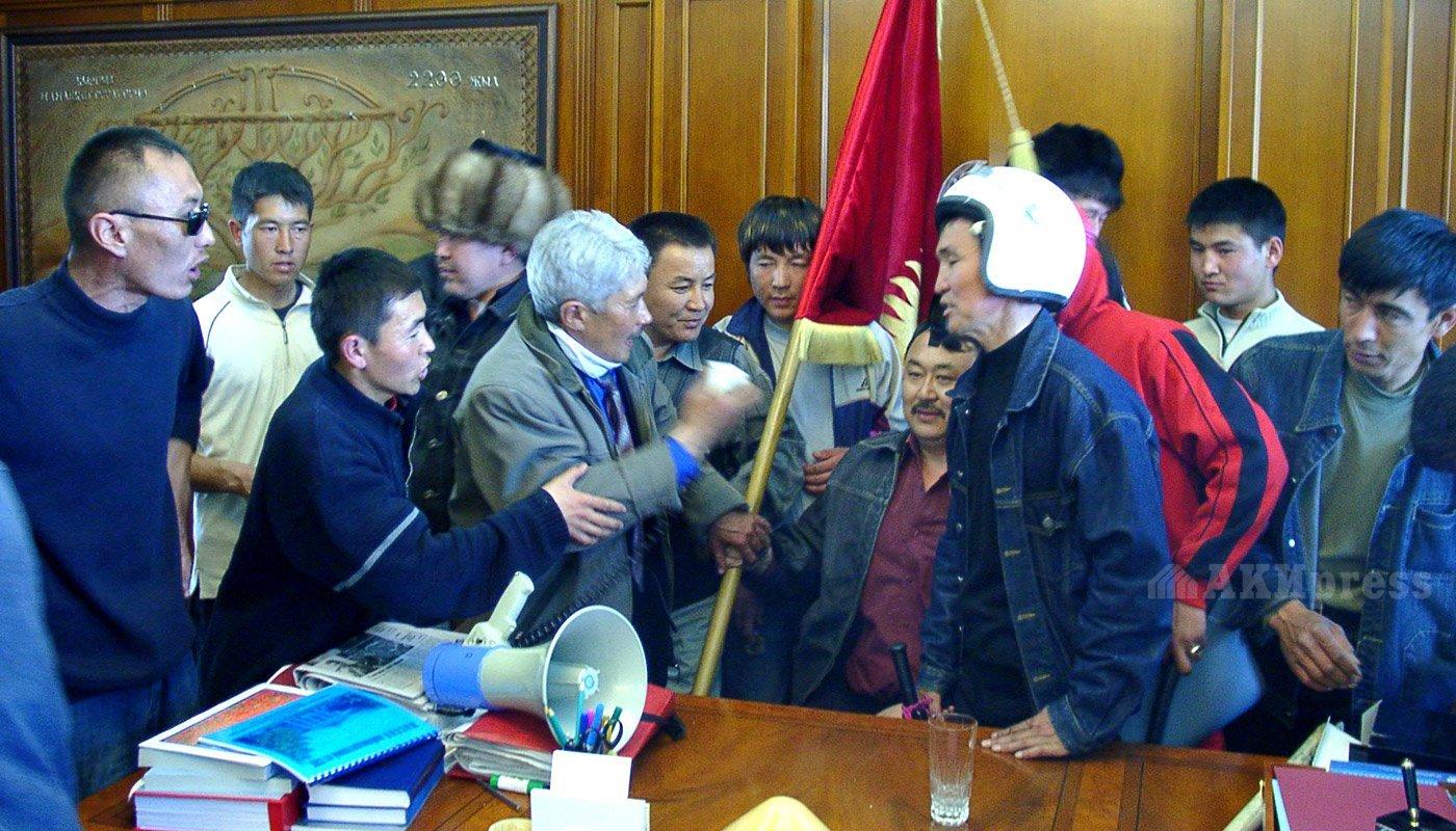 24 марта 2005 года. Штурм Белого дома. Турсунбек Акун в кабинете Акаева / Фото АКИpress