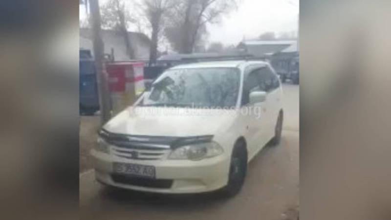 Орозбеков-Фере кесилишинде унаалар тротуарды ээлеп жүк түшүрүшөт (видео)