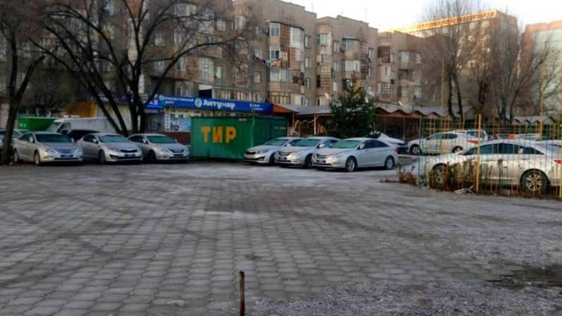 Бишкекчанка интересуется, законно ли автостоянка занимает участок общего пользования в мкр Тунгуч? (фото)