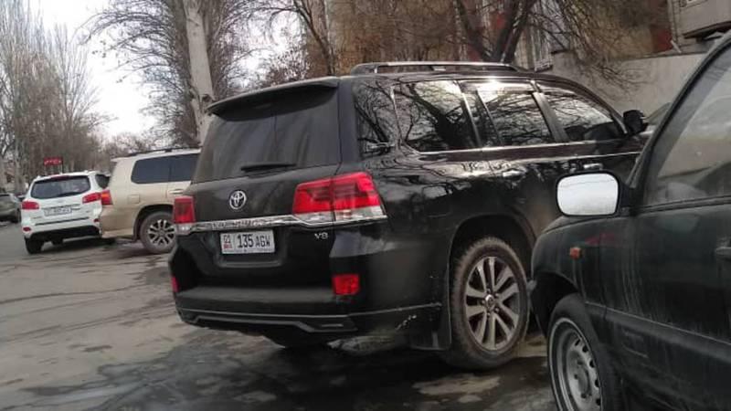 На улице Ибраимова припаркована полностью тонированная «Тойота Ленд Крузер». Фото