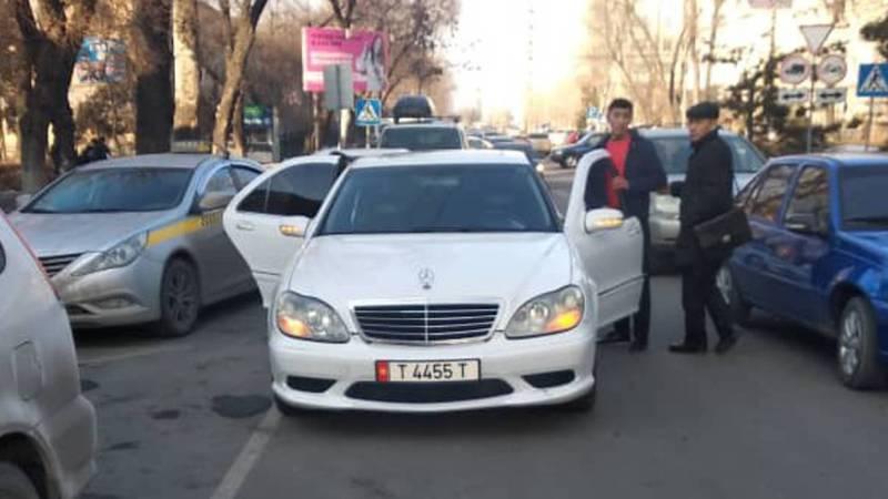 В центре Бишкека водитель «Мерседеса» подрезал несколько авто и создавал аварийную ситуацию. Видео, фото