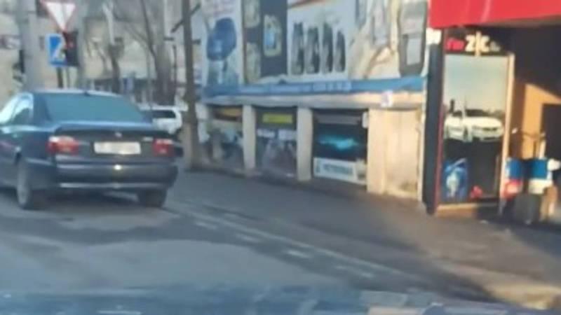 На Токтогула-Суюмбаева водитель «БМВ» постоянно паркуется в неположенном месте, - очевидец