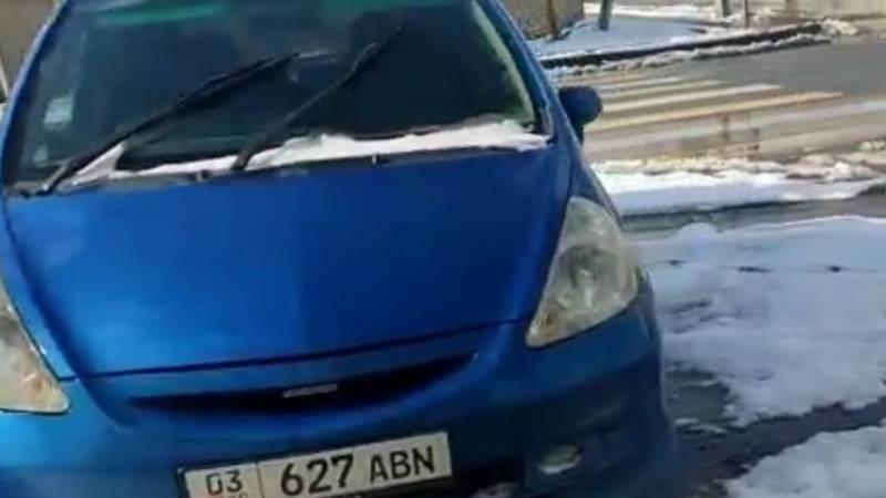 Житель жилмассива Кок-Жар жалуется на припаркованные на тротуаре машины
