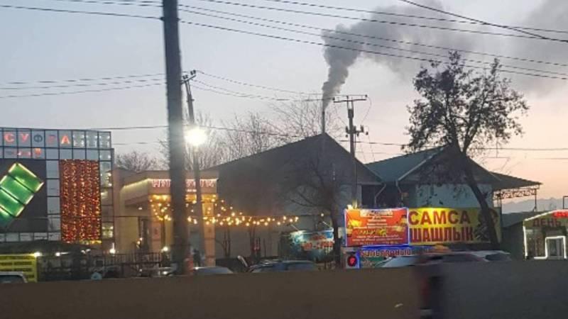Из трубы здания на Дэн Сяопина - Шуш-Тубе идет черный дым. Фото