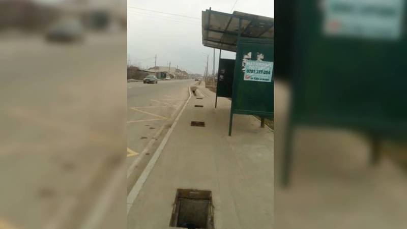 Ливнеприемники на остановке на ул.Куюковой стоят без решеток. Видео