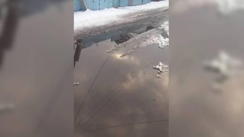 В селе Калинина в Жайылском районе грунтовые воды топят частный дом. Видео