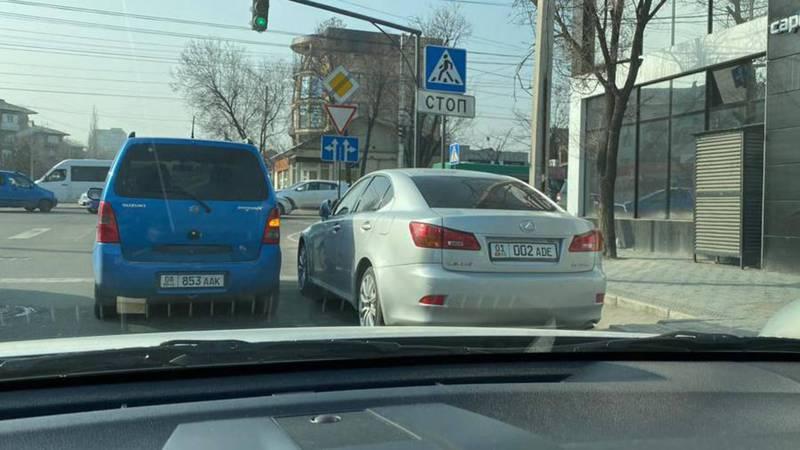 На Ахунбаева-Токтоналиева водитель «Лексуса» припарковался на проезжей части дороги. Фото