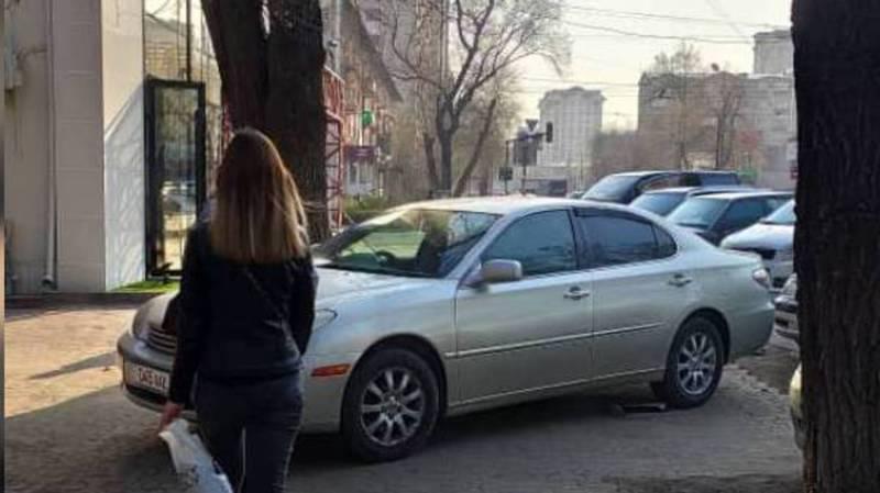 На ул.Токтогула водитель «Тойоты» припарковался, перекрывая тротуар, за машиной числятся штрафы. Фото