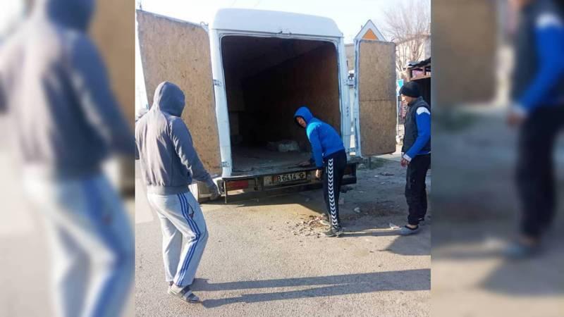 На ул.Садыгалиева неизвестные выгрузили строительный мусор в мусорные контейнеры для твердых бытовых отходов. Фото