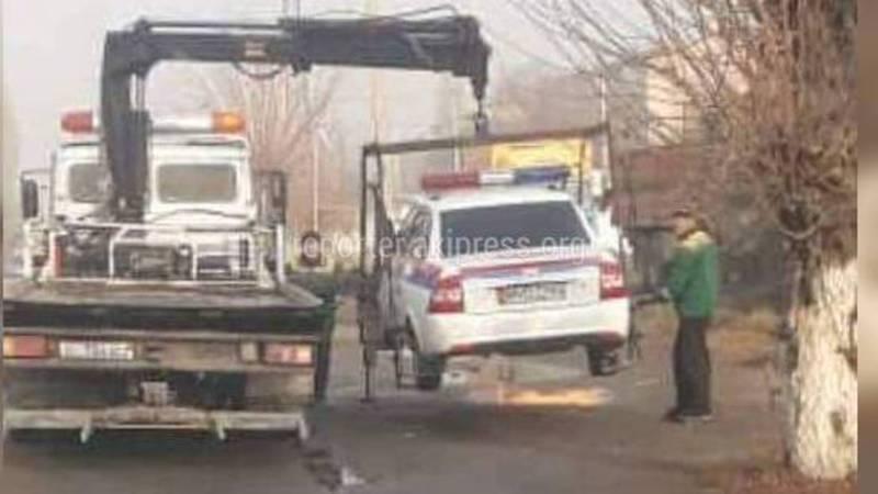 В Оше эвакуатор забрал служебную машину УОБДД за неправильную парковку. Видео