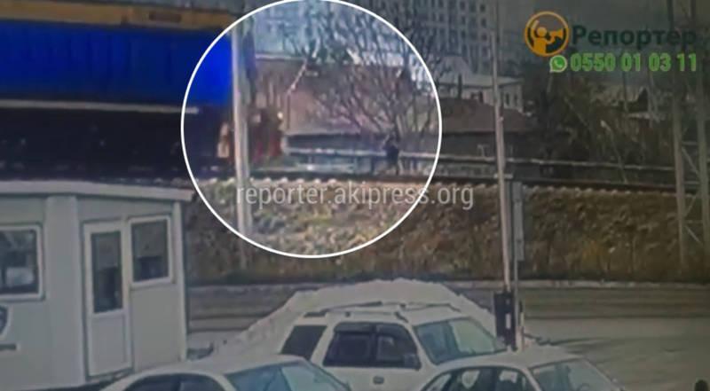 Видео — Поезд сбил 12-летнюю девочку. Она выжила