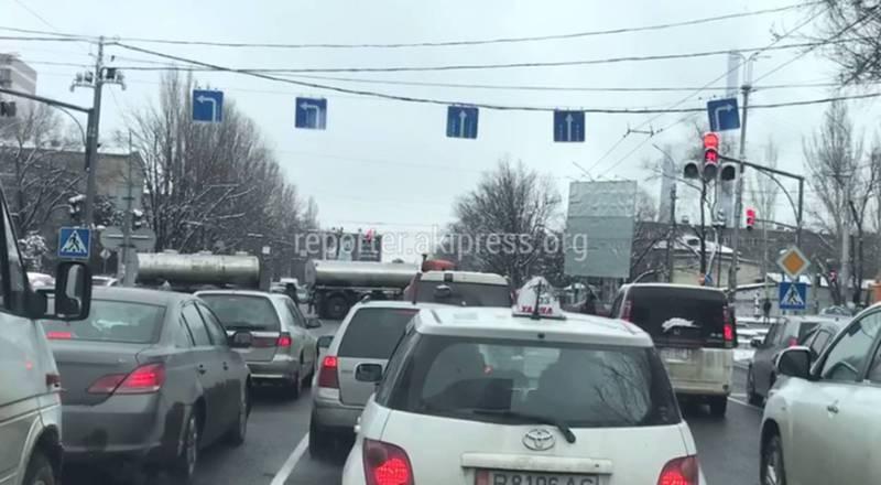 В Бишкеке на Чуй-7 Апреля полоса для поворота направо занята парковкой (видео)
