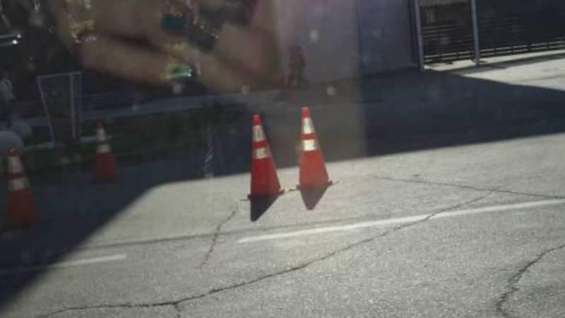 На ул.Ибраимова ТЦ «Дордой Плаза» несмотря на предупреждения выставляет ограждение на проезжую часть дороги (фото)