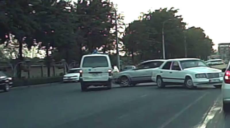 На Жибек-Жолу столкнулись легковое авто и скорая помощь (видео)