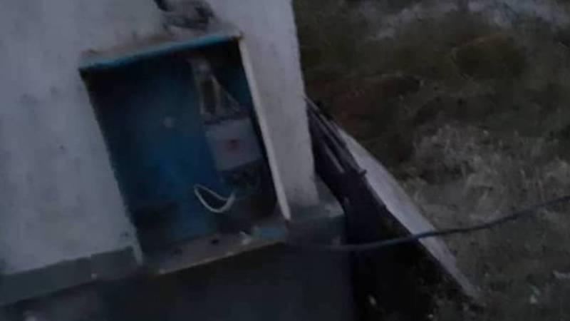 На ул.Кийзбаева к строящемуся дому №37/1 через двор частного дома №29, провели электрический кабель бросив его на землю (видео)