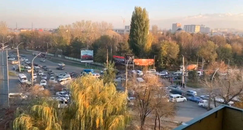 Коллапс... Круговое движение на 7 Апреля - Горького создало огромную пробку