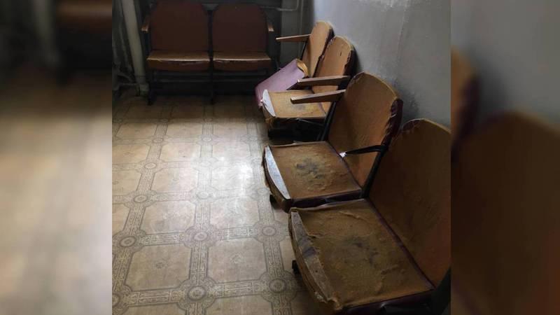 Фото — Истертые кресла в Ленинском районном управлении социального фонда