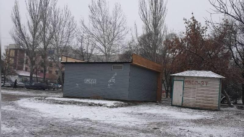 Горожанин интересуется, законно ли установлен белый павильон в 7 мкр?