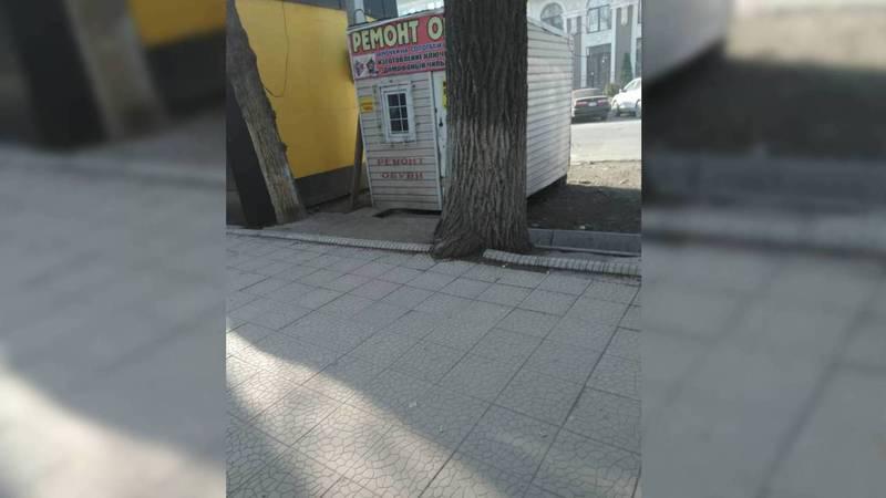 Бишкекчанин интересуется, законно ли установлены павильоны по улице Гоголя?