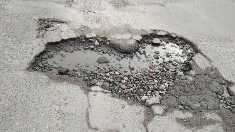 «Яма в виде сердца». Бишкекчанин Денис интересуется, когда будет ремонт улицы Жукеева-Пудовкина?