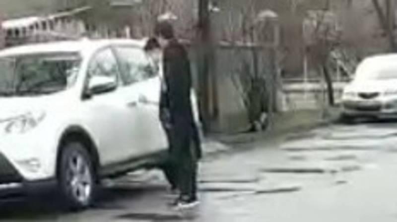 В 10 мкр два парня пытались открыть ключом припаркованные машины. Видео