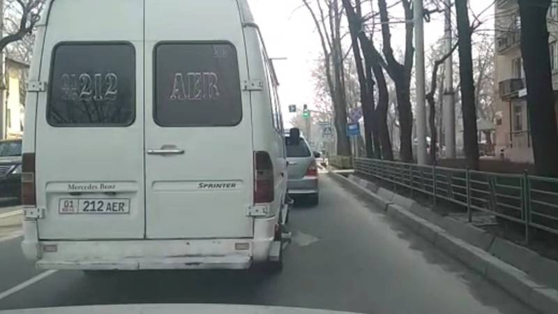 В Бишкеке на колесах «Мерседеса» торчат металлические колпаки за пределы машины. Видео