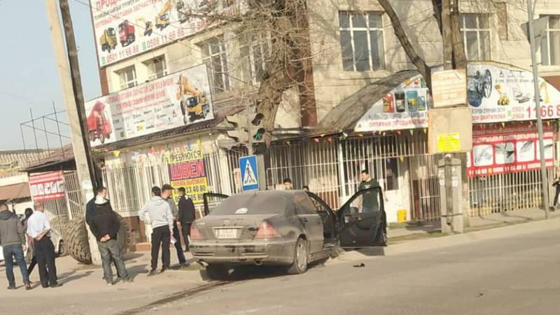 На Дэн Сяопина «Мерседес» вылетел на обочину дороги. Фото