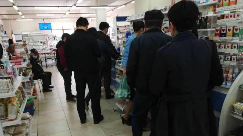 В аптеках Бишкека выстроилась очередь за медицинскими масками. Фото