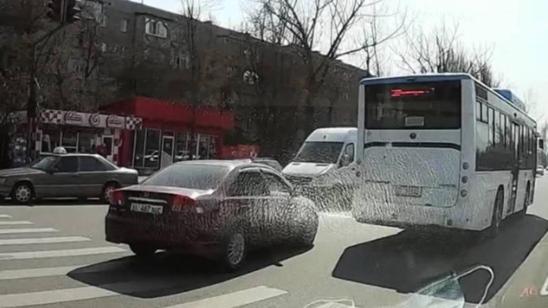 Бишкекчанин отправил видео о нарушениях ПДД на дорогах города