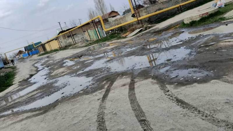 В Ала-Тоо прорвалась водопроводная труба, вода топит улицу. Видео, фото