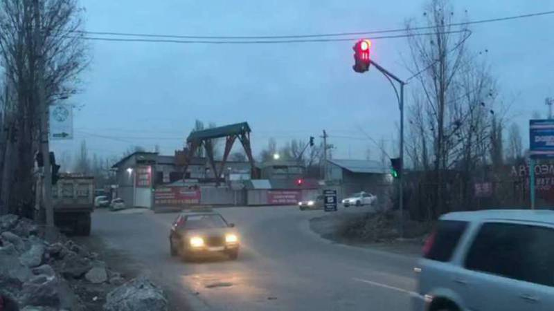На Элебесова-Курманалиева на тротуаре строят неизвестный объект. Ответ администрации