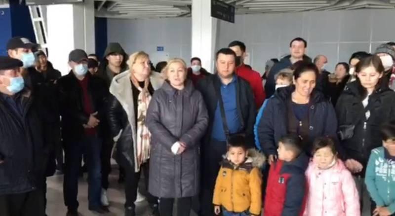 Кыргызстанцы, застрявшие в аэропорту Новосибирска, просят забрать их домой. Видео
