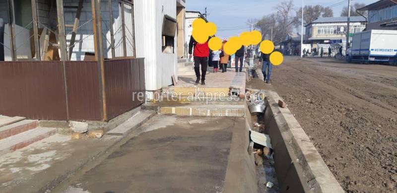 Нестандартный отрезок тротуара на ул.Чехова в Жалал-Абаде доставляет неудобства пешеходам (фото)