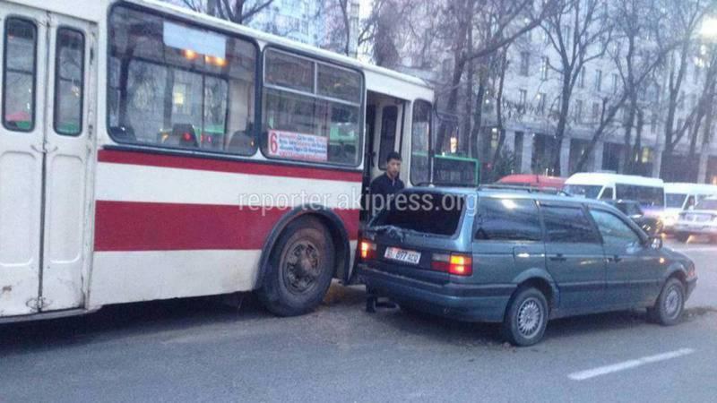 Водители троллейбуса и легковушки разобрались без участия инспектора УОБДД, - мэрия