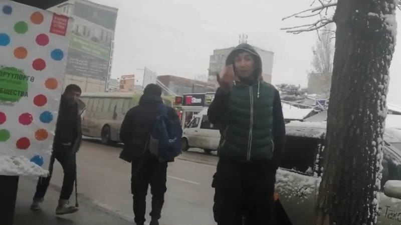 В Бишкеке оскорбили мужчину, снимавшего на видео нарушение ПДД. Видео